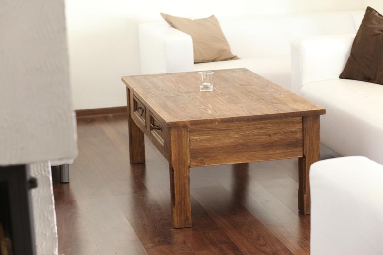 Drevený konferenčný stolík