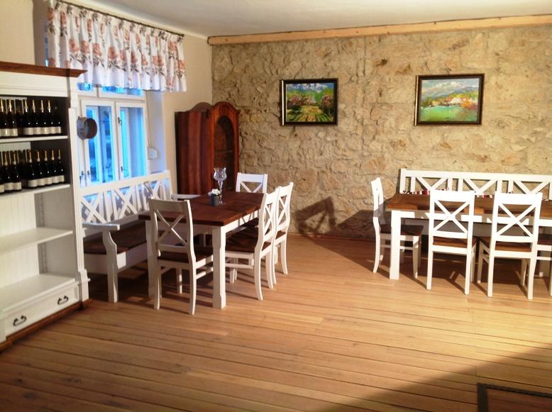 Nábytok z dreva na chatu