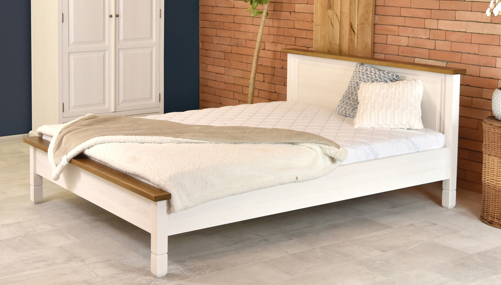 8aa0326857cb Biela manželská postel z dreva
