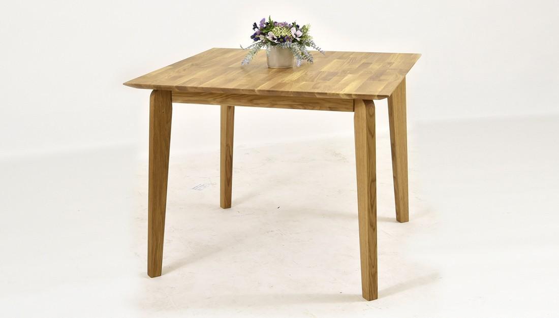 štvorcový dubový stôl