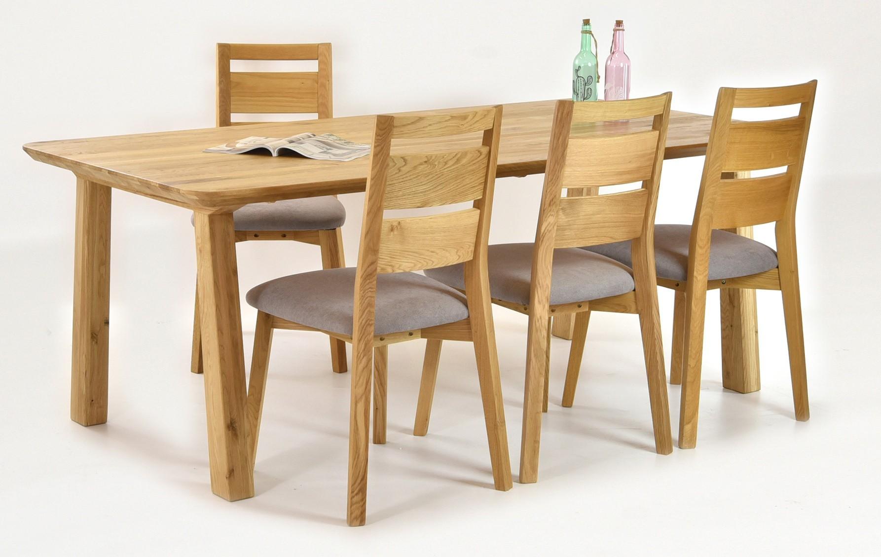 Moderný drevený stôl do jedálne a dizajnové stoličky