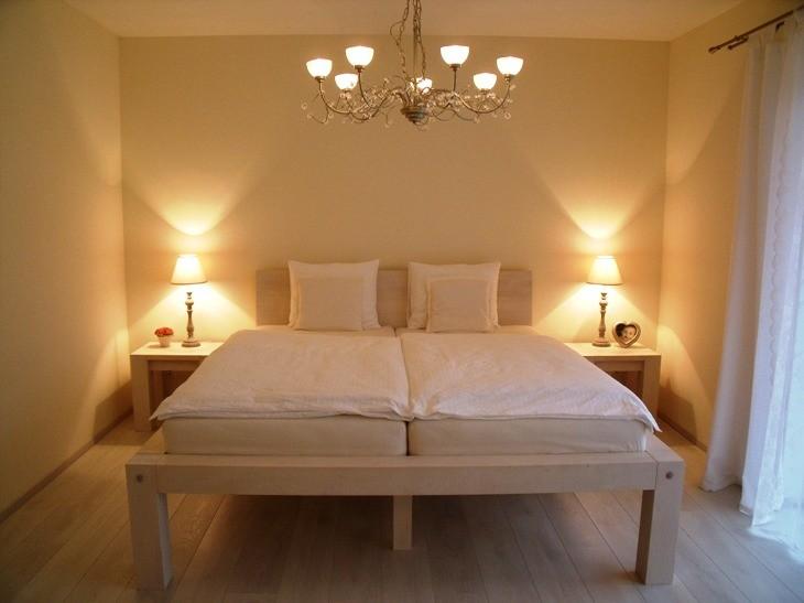 Biela manželská posteľ