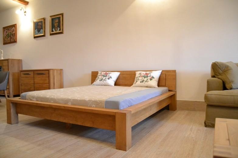 Pevná drevená posteľ