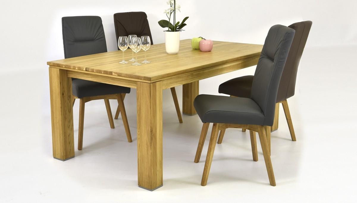 kožené stoličky a dubový stôl do jedálne