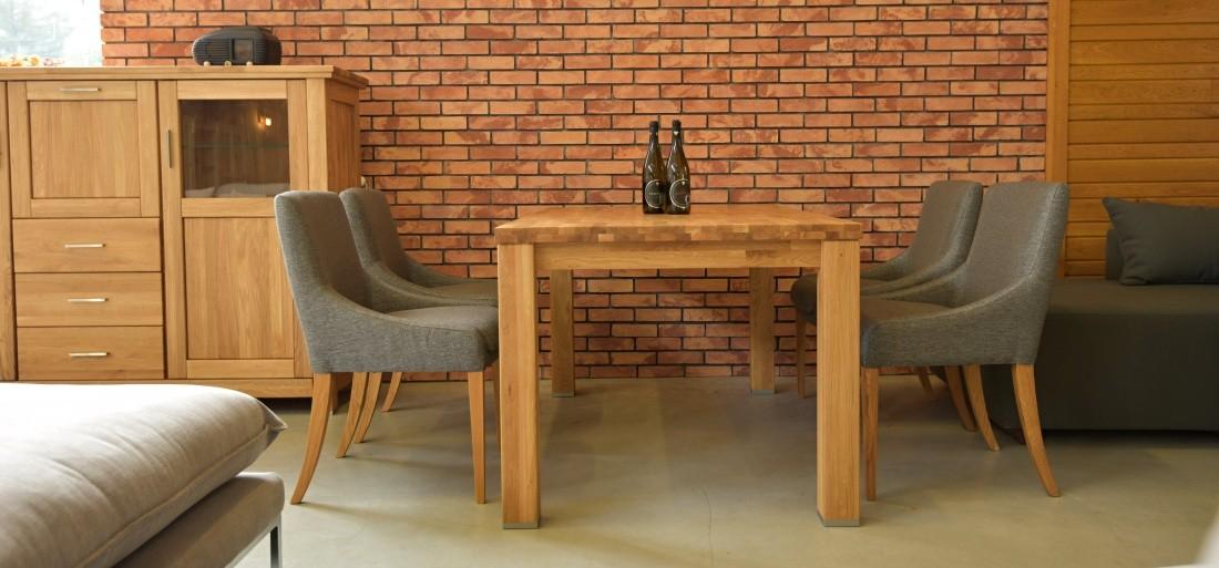 5b5f0995af33 Drevený dubový jedálenský stôl a pohodlné stoličky v elegantnej a na dotyk  príjemnej látke.